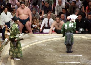 Appel des Sumos par le Yobidashi (Crieur public) devant le Gyoji (arbitre)